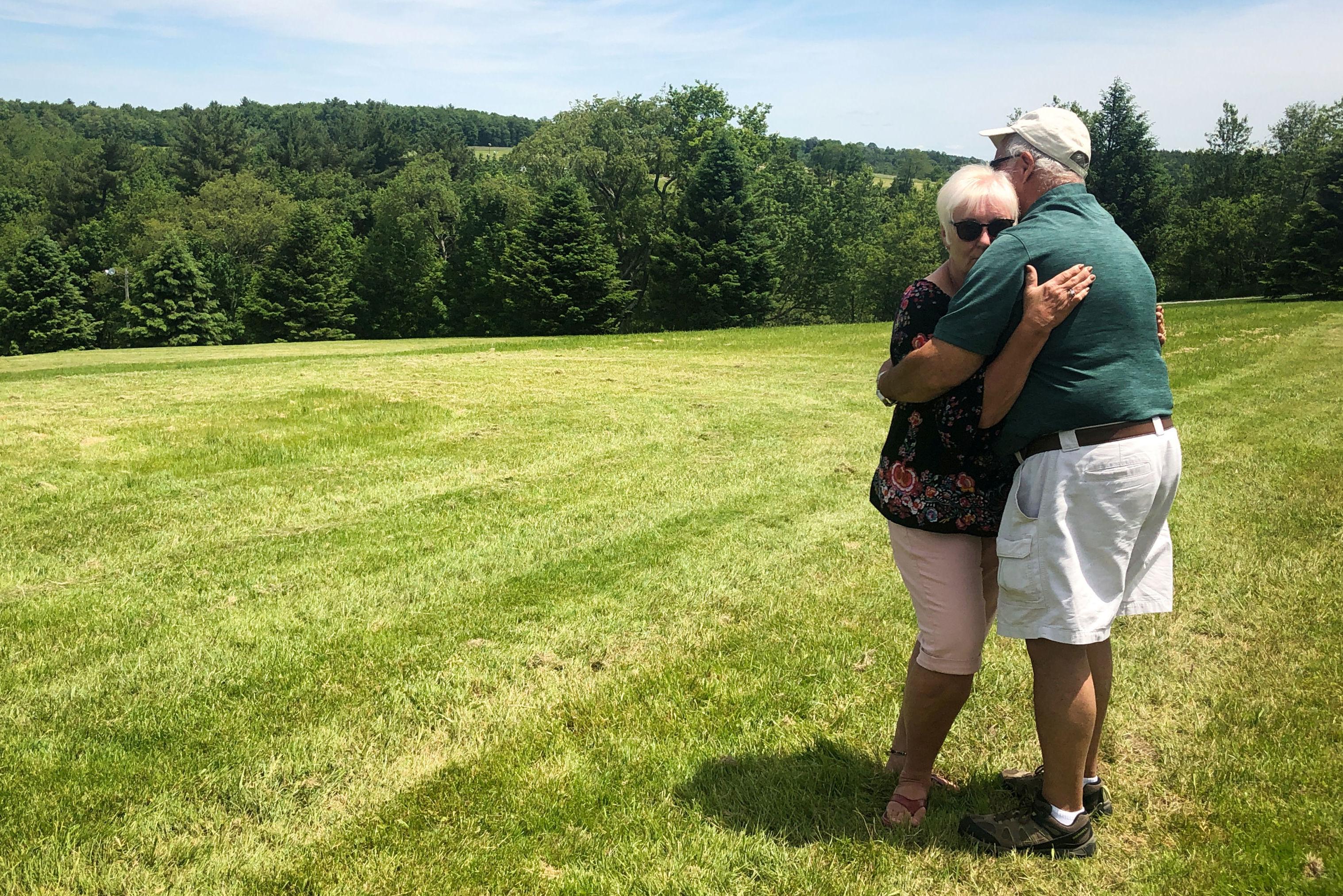 Bobbi Kelly y  Nick Ecorline posan en el mismo lugar donde 50 años antes se abrazaron