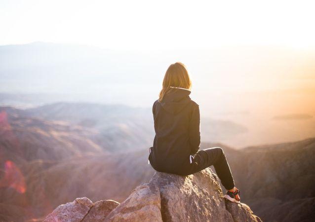 Mujer en un acantilado (imagen referencial)