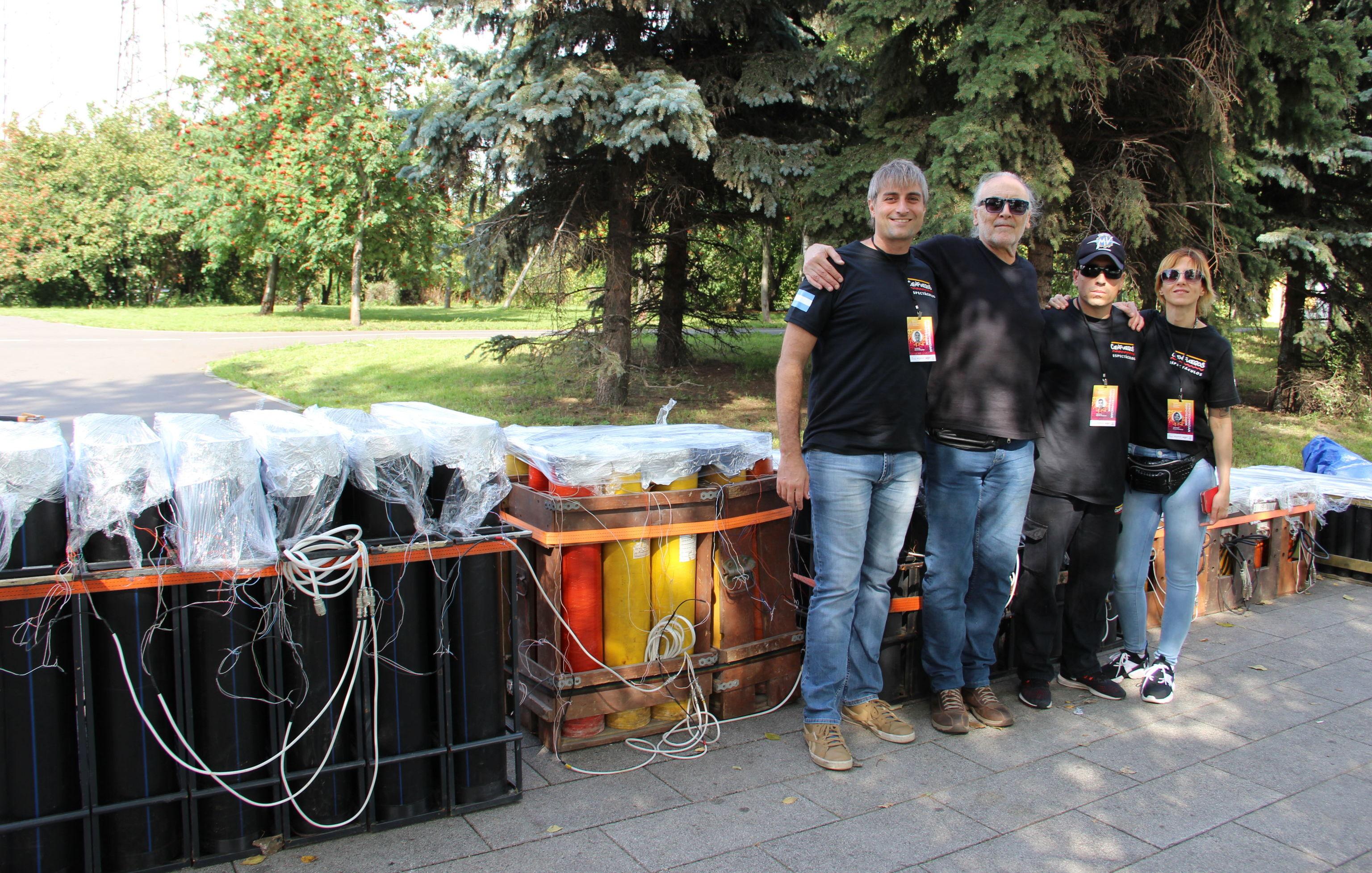 El equipo de Cienfuegos posa al lado de algunos de los fuegos artificiales que usarán en su presentación