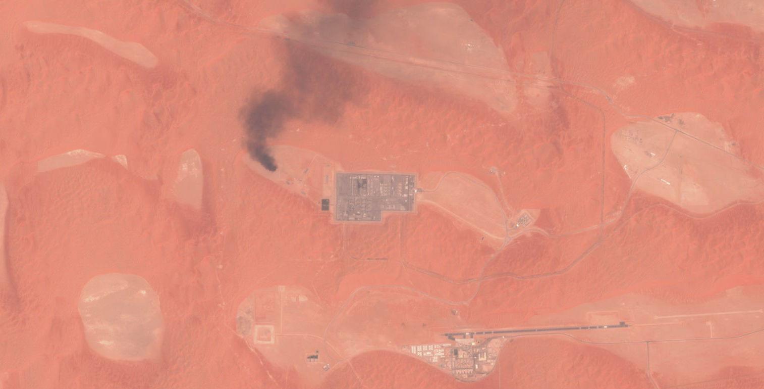 La columna de humo en la planta de gas de Shaybah, en Arabia Saudí, del 17 de agosto de 2019 como consecuencia de un ataque con drones publicada por el satélite europeo Sentinel-2r el satélite