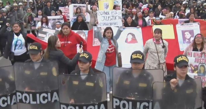 Mujeres marchan por el fin del feminicidio en Perú