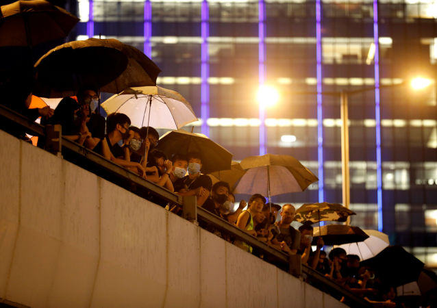 Manifestantes en un puente cerca de los edificios gubernamentales en Hong Kong