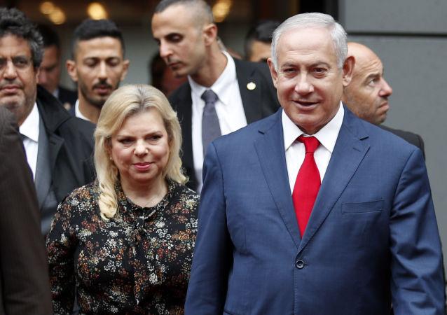 Benjamín Netanyahu,primer ministro de Israel, al lado de su esposa, Sara