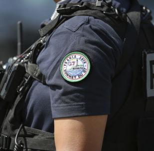Una policía con el logo de la cumbre del G7 en Biarritz, Francia