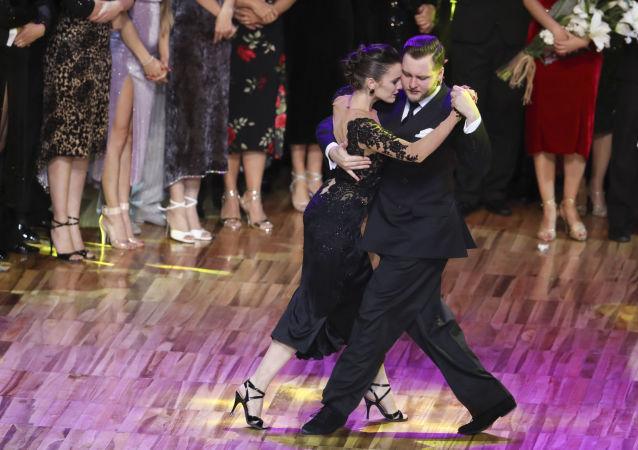 Los bailarines Maxim Guerásimov, de Rusia, y Agustina Piaggio, de Argentina, durante el mundial de Tango 2019, en Buenos Aires, el 20 de agosto de 2019
