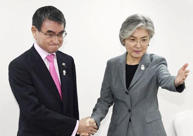 La ministra de exteriores surcoreana, Kang Kyung-wha, y su homólogo japonés, Taro Kono