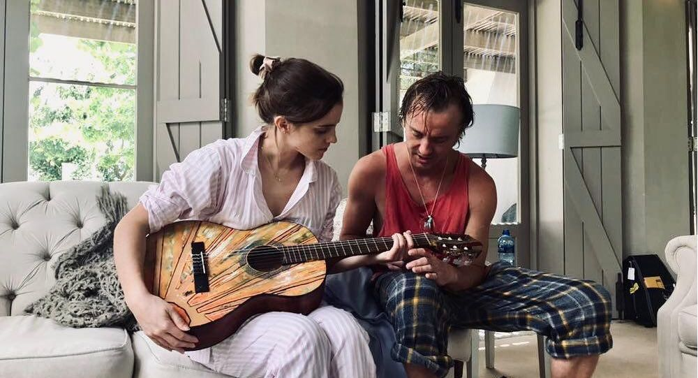 Tom Felton y Emma Watson tocan la guitarra