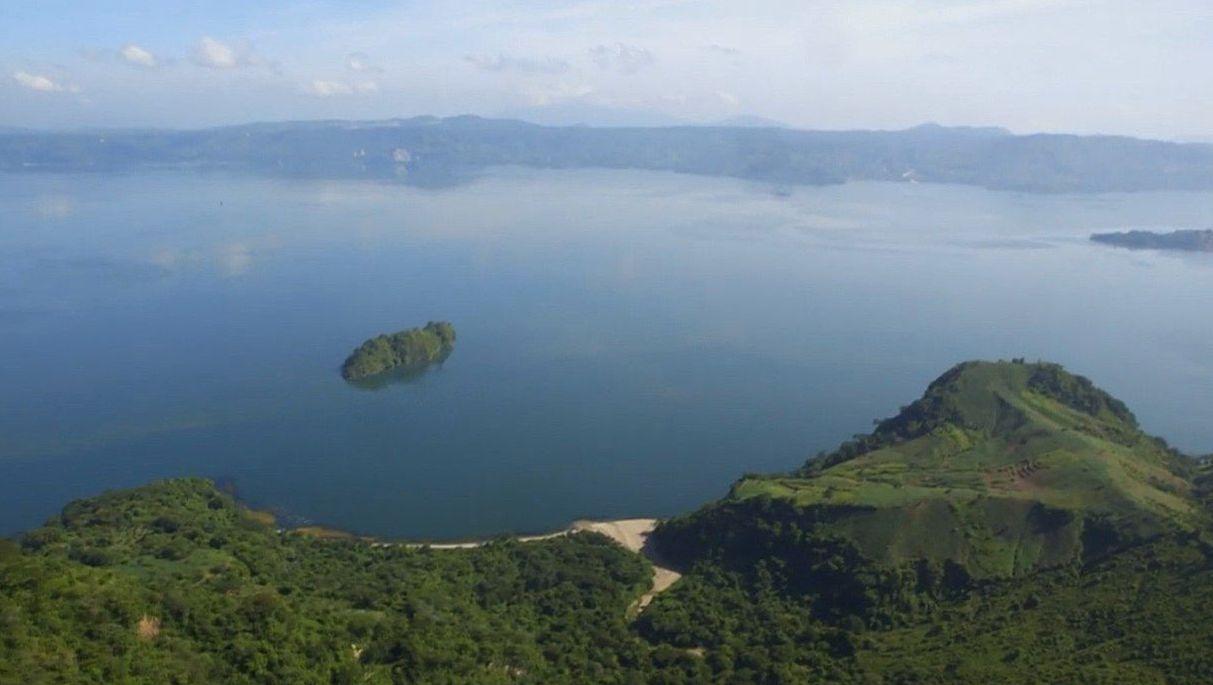 Vistas del lago Ilopango, de origen volcánico