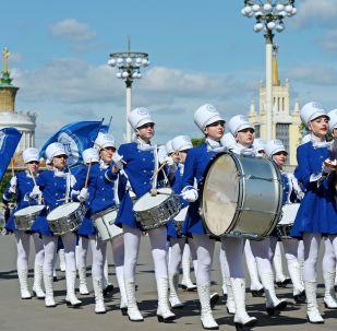 Bandas militares de varios países desfilan por el parque VDNJ, en Moscú