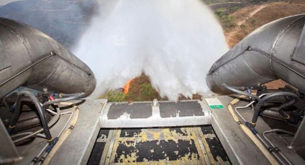 Un avión de la Fuerza Aérea de Brasil lucha contra un incendio forestal (archivo)