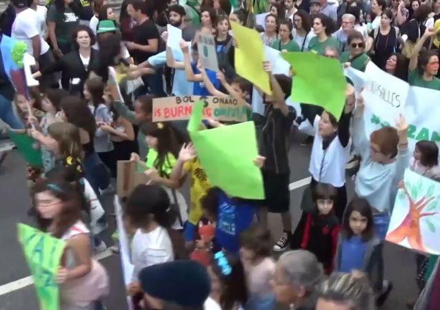 Manifestantes marchan contra la política ambiental de Bolsonaro en Río de Janeiro