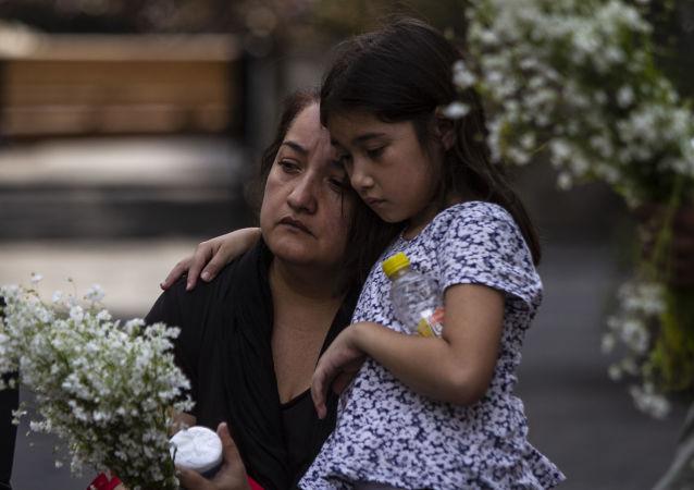 Asistentes al evento que inició las actividades para conmemorar 'la masacre de los 72 migrantes' en San Fernando Tamaulipas en el 'Lugar de las palabras en común' en el Centro Histórico de la ciudad de México