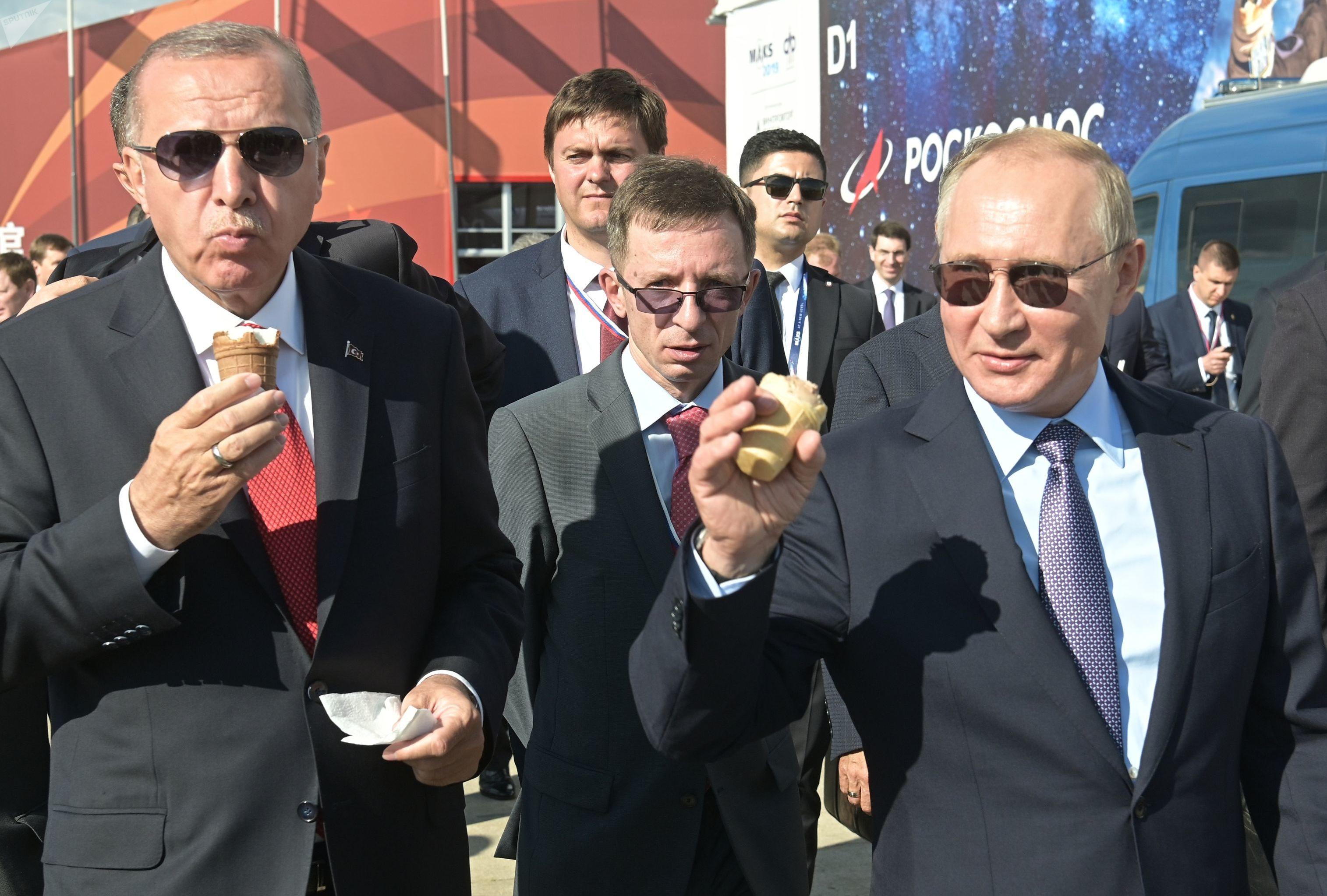 Los presidentes de Rusia y Turquía, Vladímir Putin y Recep Tayyip Erdogan, comen helado durante el MAKS 2019