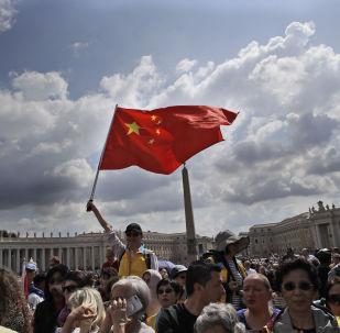 Un fiel chino agita una bandera en la audiencia del Papa Francisco en la plaza de San Pedro en el Vaticano