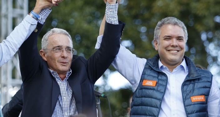 Álvaro Uribe (izda.) y Iván Duque (dcha.), políticos colombianos (archivo)
