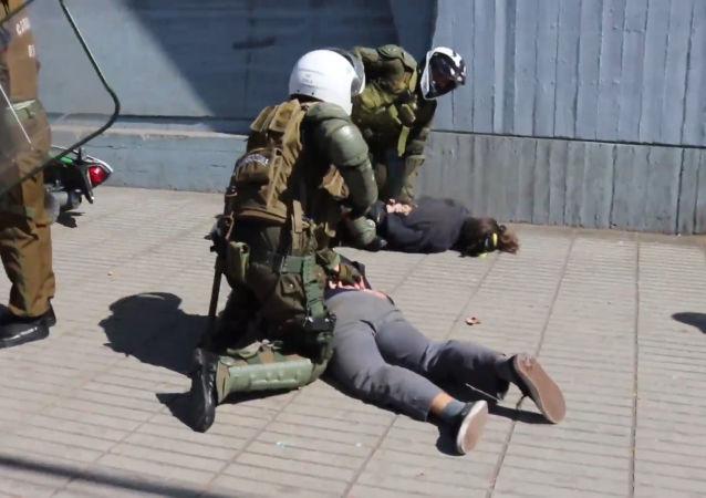 Violentos enfrentamientos entre estudiantes chilenos y la Policía