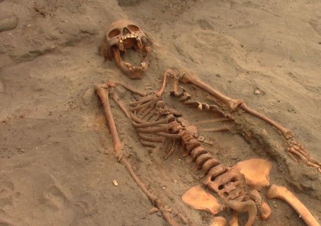 Hallan en Perú una tumba medieval con los restos de cientos de niños sacrificados
