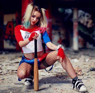 Una joven disfrazada de Harley Quinn