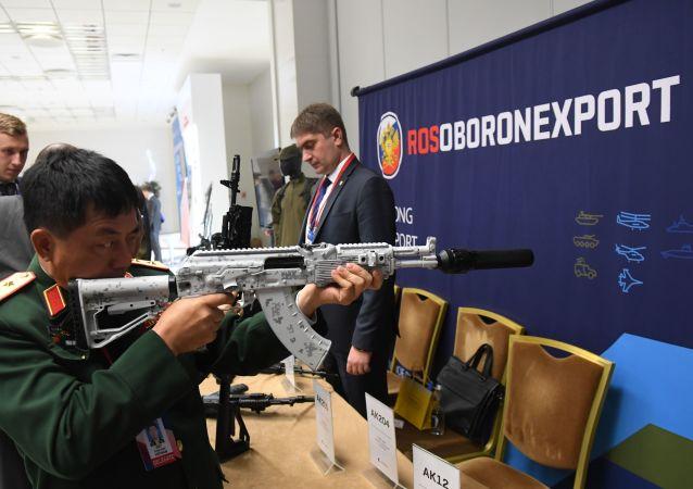 Un militar extranjero prueba un arma de Rosoboronexport en una exposición