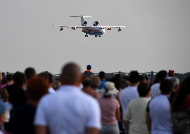 Espectadores durante una exhibición en el salón aeroespacial MAKS 2019