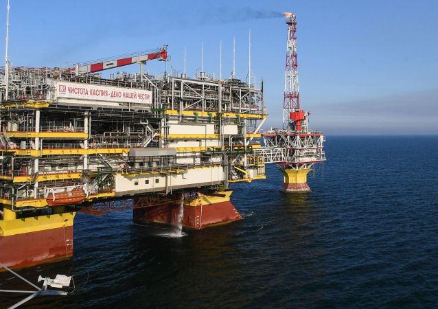 La plataforma de la empresa Lukoil en un yacimiento de gas y petróleo en el mar Caspio