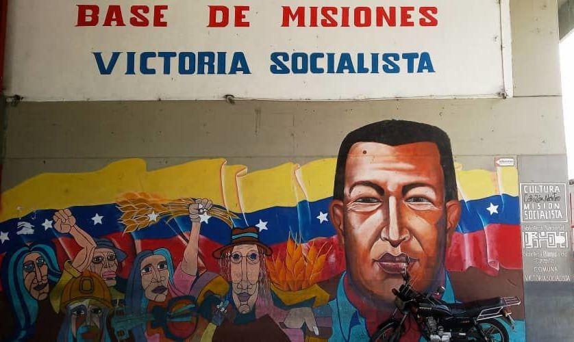 Mural en la entrada de la sede de la Comuna Victoria Socialista, Caracas, Venezuela