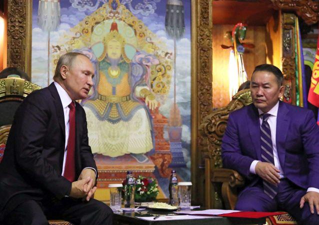 El presidente de Rusia, Vladímir Putin, con su homólogo de Mongolia, Khaltmaa Battulga