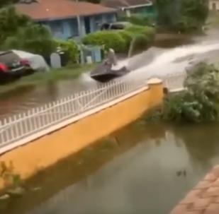 Una moto acuática para surcar las inundaciones del huracán Dorian