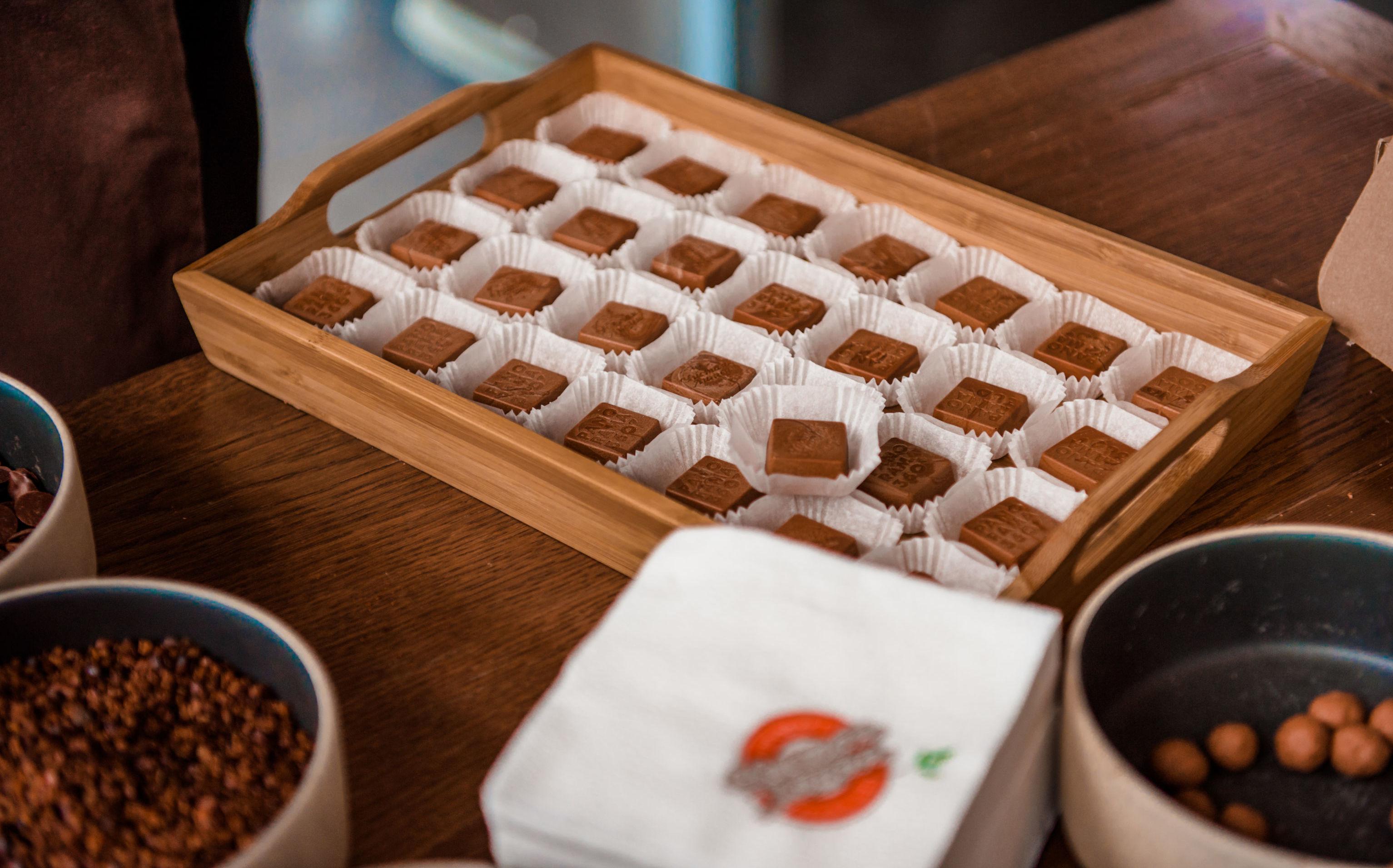 La fábrica utiliza las semillas de cacao peruanas y produce chocolate con leche y bolitas de chocolate con avellanas.