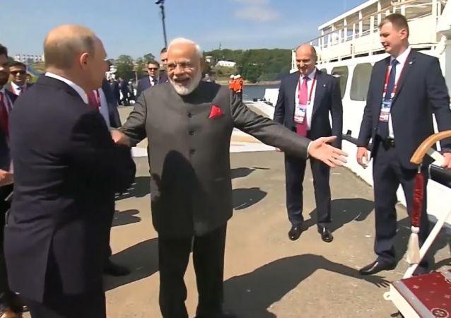 Un 'huracán' lleva a Putin y a Modi a una instalación estratégica del Lejano Oriente