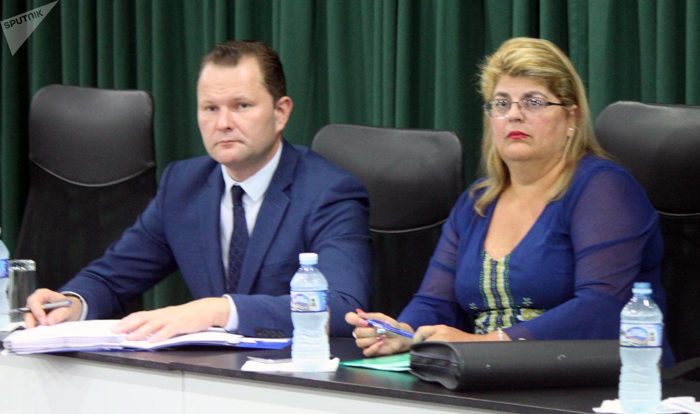Dmitri Zvérev, viceministro de Transporte de Rusia (izquierda), y Naima Alfonso, viceministra cubana de Transporte