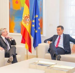 El candidato a presidente y líder de la oposición en Argentina, Alberto Fernández, y el presidente en funciones del Gobierno de España, Pedro Sánchez