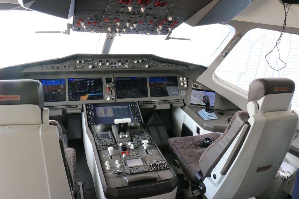 El interior de la cabina de pilotos del avión ruso-chino CR929
