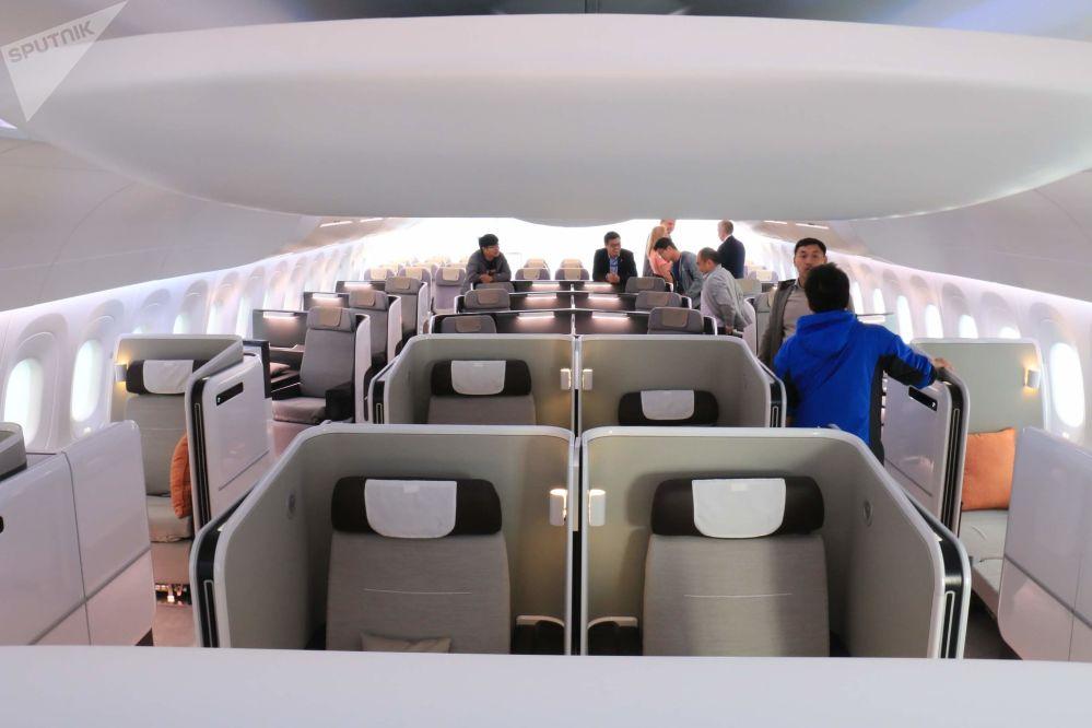 La vista panorámica de la primera clase del avión comercial CR929