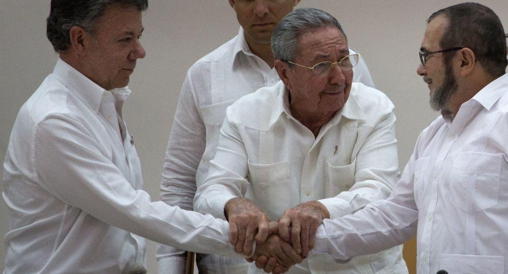 El presidente de Colombia, Juan Manuel Santos (izda.), el presidente de Cuba (ctro.) y el comandante de las FARC, Timoleón Jiménez (dcha.) durante la firma de los acuerdos de paz en La Habana (Cuba), el 23 de septiembre de 2015