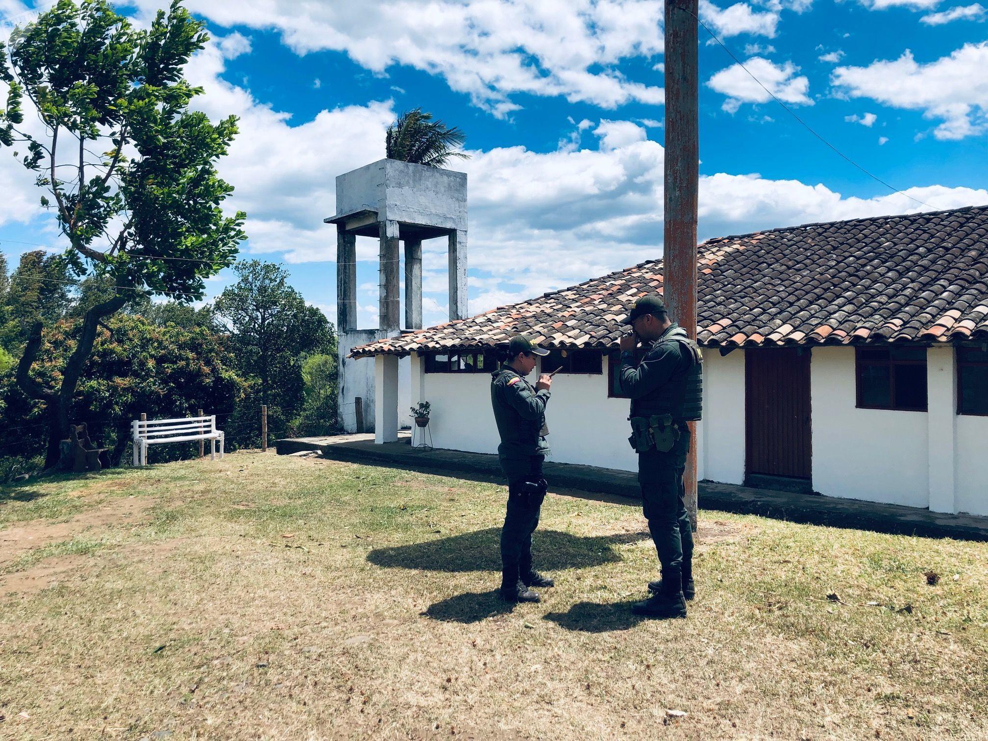 Unos policías en la finca 'La Bonanza' en el Departamento del Cauca