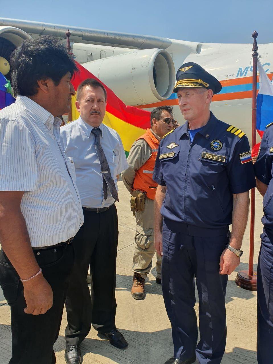 Evo Morales, recibe a uno de los integrantes de la tripulación del avión contraincendios ruso Il-76