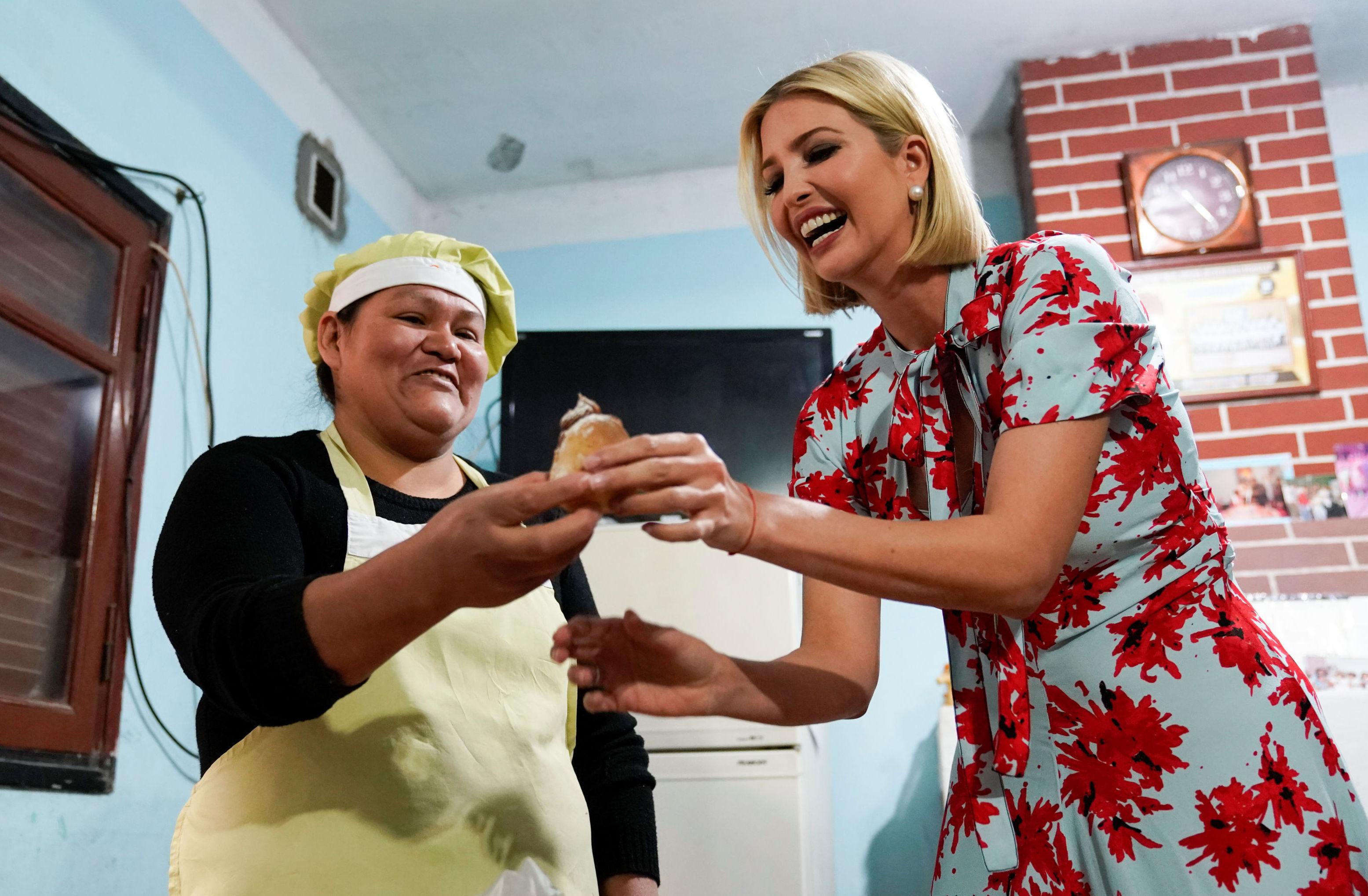 Ivanka Trump prueba una porción de dulce de leche durante su visita a Jujuy