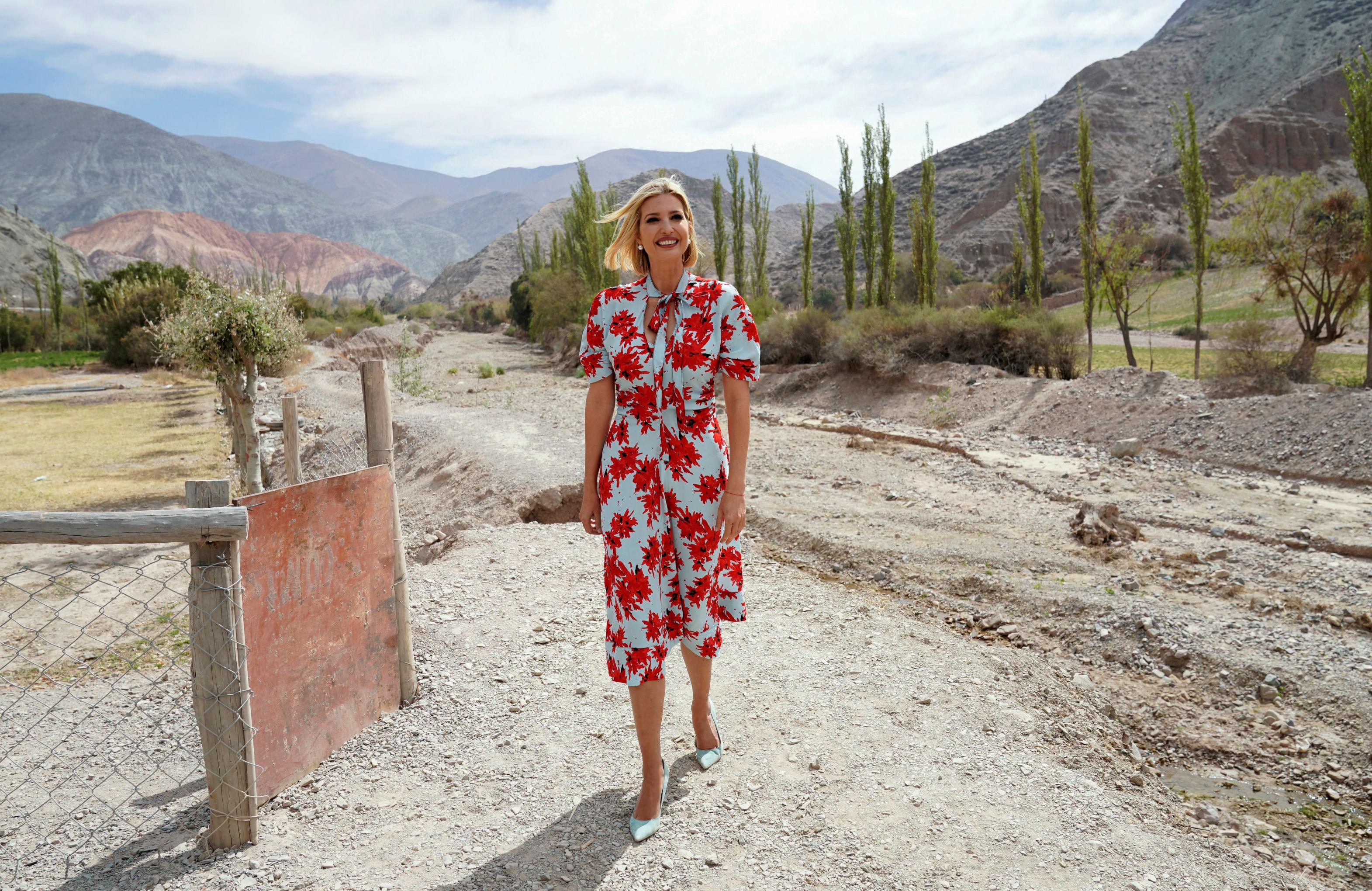 Ivanka Trump con tacos de punta fina en un camino empedrado de Purmamarca en Jujuy