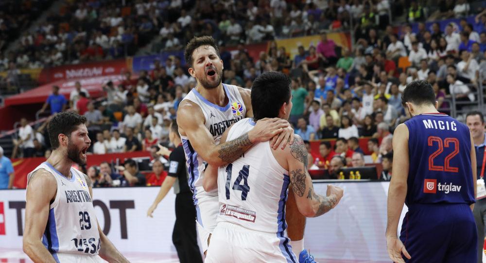 Los jugadores de baloncesto argentinos Gabriel Deck, Nicolas Laprovittola y Patricio Garino celebran la victoria ante Serbia