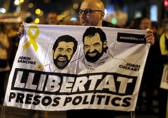 Un cartel con presos políticos Jordi Sànchez y Jordi Cuixart (archivo)