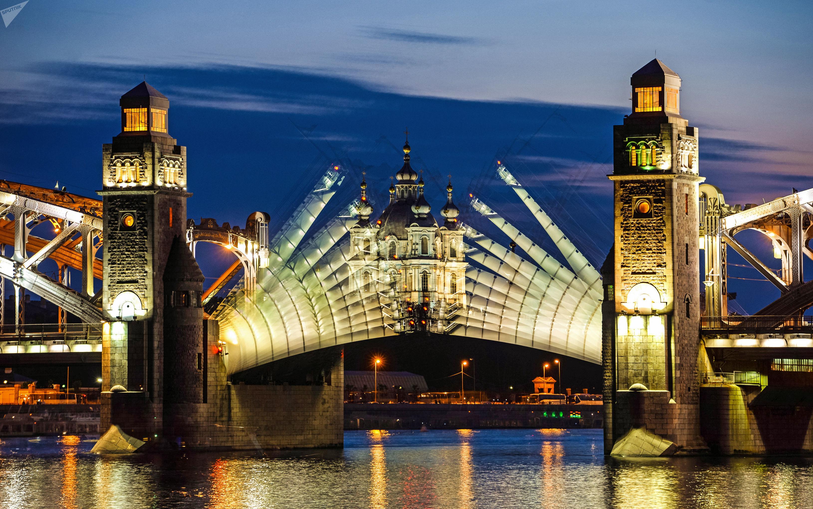 La apertura del puente Pedro el Grande en San Petersburgo