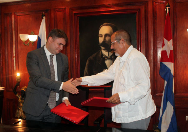 El viceministro de Industria y Comercio de Rusia, Vasily Osmakov, junto a su homólogo cubano José Gaspart Álvarez