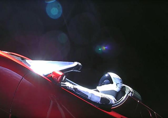 Un auto Tesla en el espacio