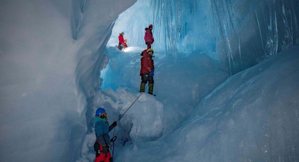 Una cueva perdida y reencontrada por ucranianos en la Antártica