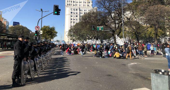Manifestantes de organizaciones sociales en el acampe frente al Ministerio de Desarrollo Social