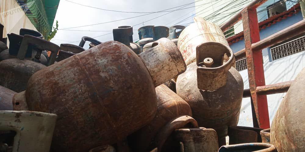 Bombonas vacías dentro del camión de la empresa de propiedad social directa comunal gas de Antímano, Caracas, Venezuela