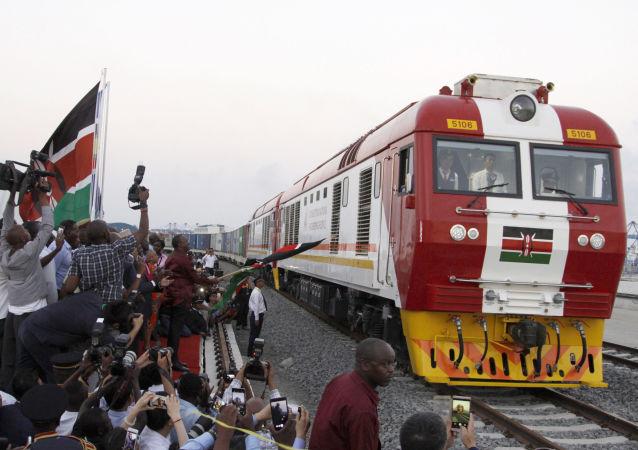 Un tren empieza a circular por el ferrocarril que une Mombasa con Nairobi (Kenia)