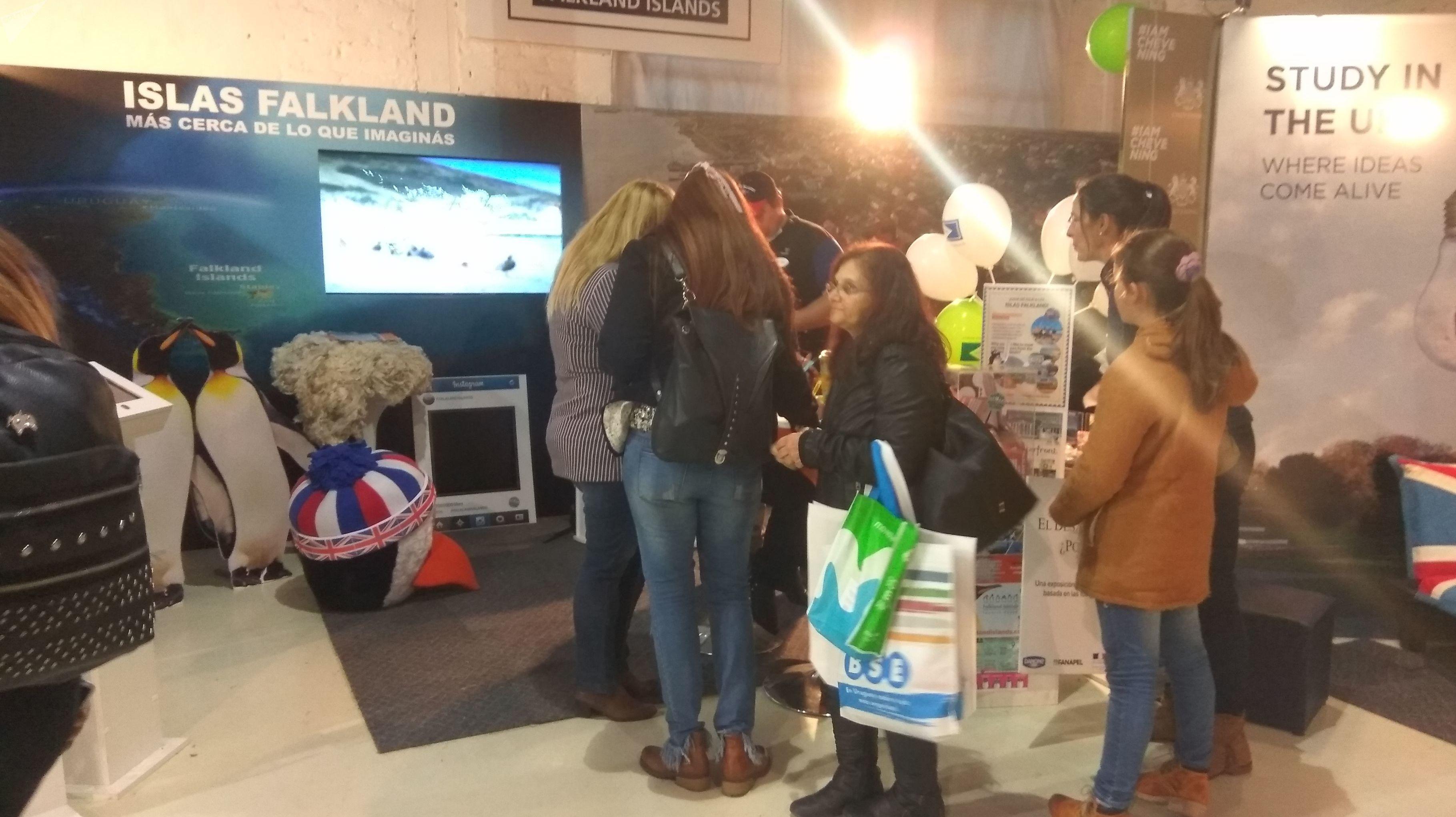 Visitantes consultan material informativo en el stand de la Islas Falkland en la Expoprado 2019 en Montevideo, Uruguay