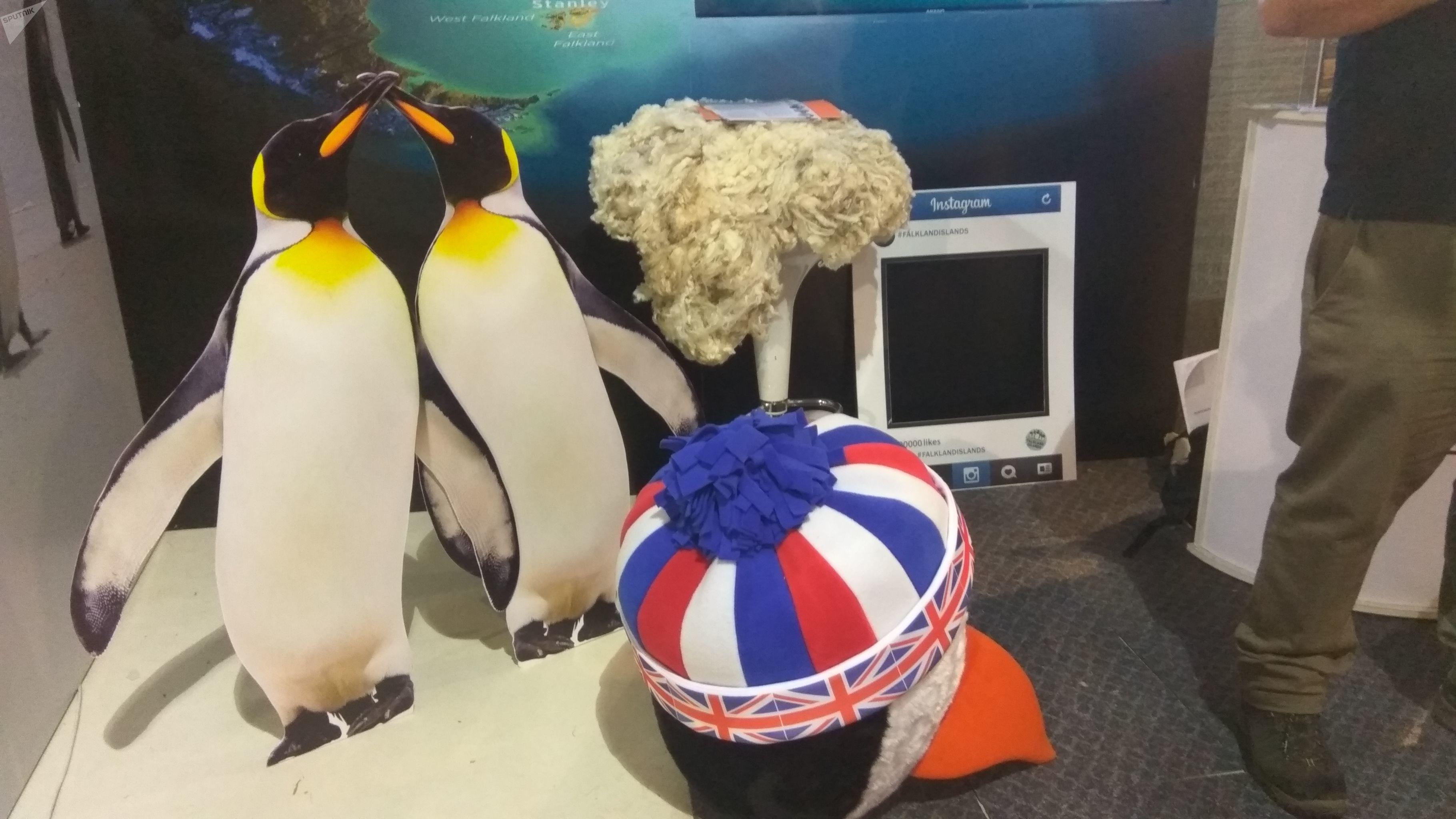 Pingüinos en el stand de las Islas Falkland en la Expoprado 2019 de Montevideo, Uruguay